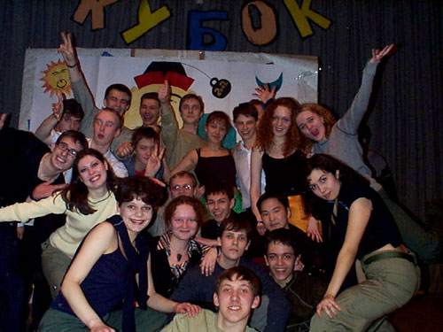Практически все за кулисами после победы (Полуфинал 2002). Фото с сайта www.kvn.nsu.ru